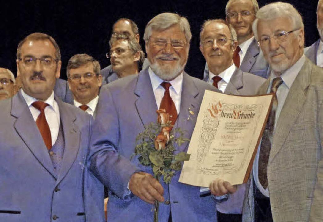 Walter Jautz (Mitte) wurde von  Gebhar...nk im Bild: Vorsitzender Gerald Lauby.  | Foto: Barbara Odrich-Rees