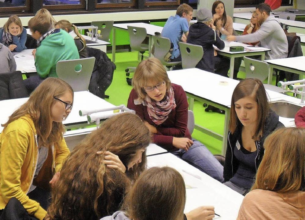 Die Schülerinnen und Schüler der Klass...schüre zur Aids-Aufklärung erstellen.   | Foto: peirvat