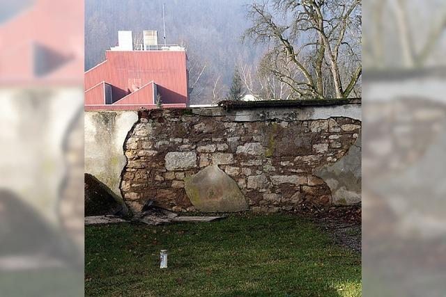 Sorgen um die Friedhofsmauer