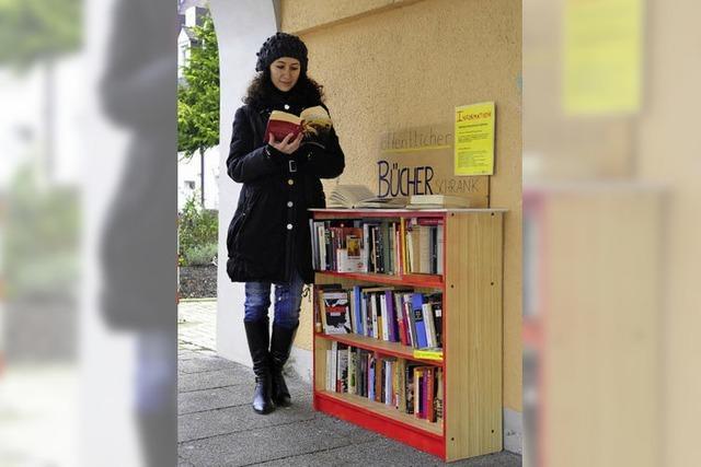Unbekannter eröffnet öffentliches Bücherregal an Tramhaltestelle