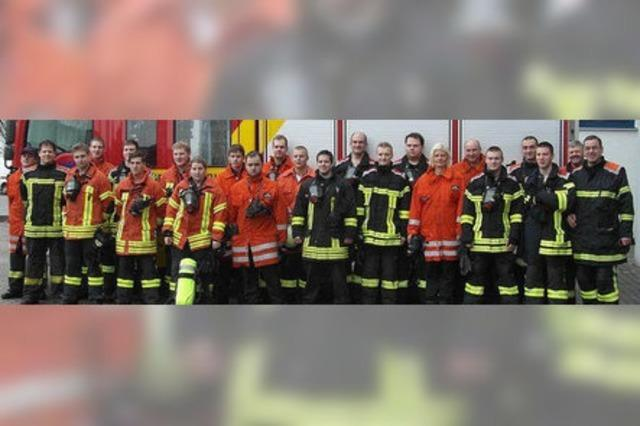 16 Feuerwehrleute bestehen den Härtetest mit Atemschutzgerät