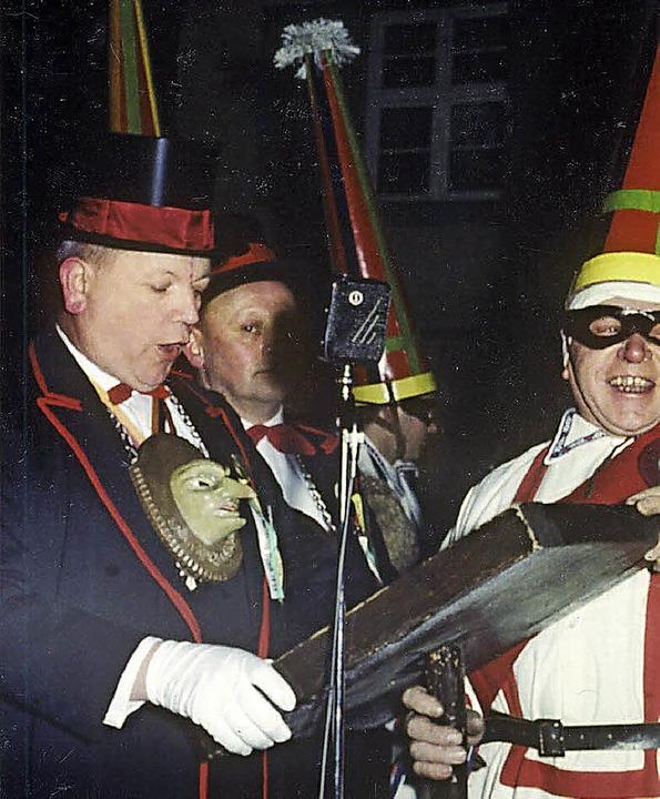 """1959: Zunftmeister Franz Oschwald hält...Molerschorsch"""" Georg Weber lacht    Foto: Karl Lambrecht"""