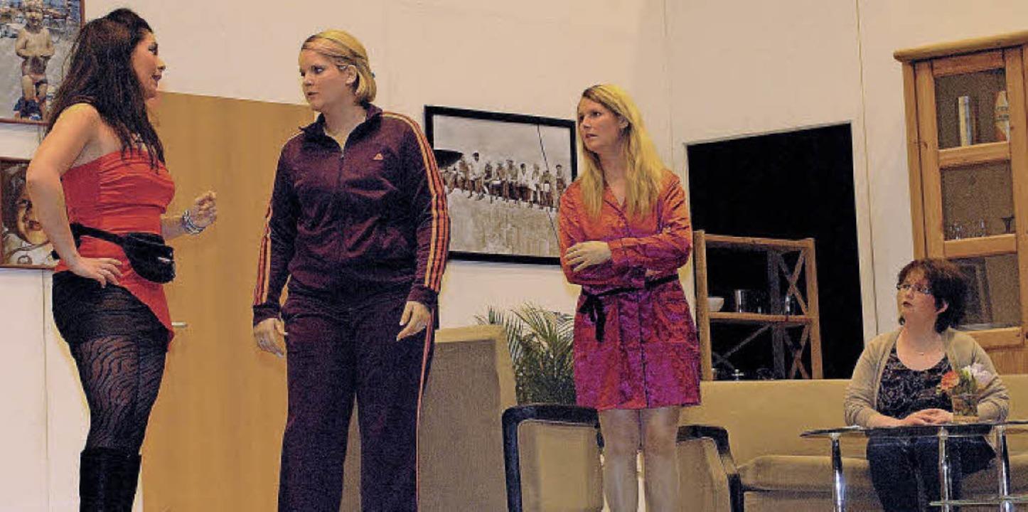 Die Damen im Hause Eiermann sind entse...Klempners erscheint Callgirl Ludmilla.  | Foto: Jürgen Schweizer