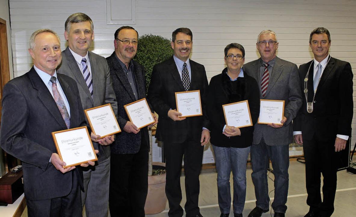 Bürgermeister Volker Kieber (rechts) ü... Wiloth-Sacherer und  Alfons Hertweck.  | Foto: Mario Schöneberg