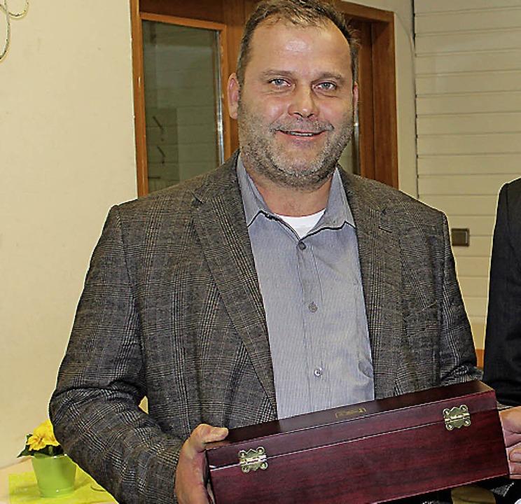 Jürgen Steiner vom Angelsportverein er...rennadel des Landes Baden-Württemberg.  | Foto: mario schöneberg