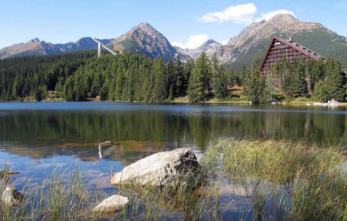 Viel  Natur in Grün und Blau: Blick vo...rmer-See auf die Berge der Hohen Tatra  | Foto: Christian Schreiber