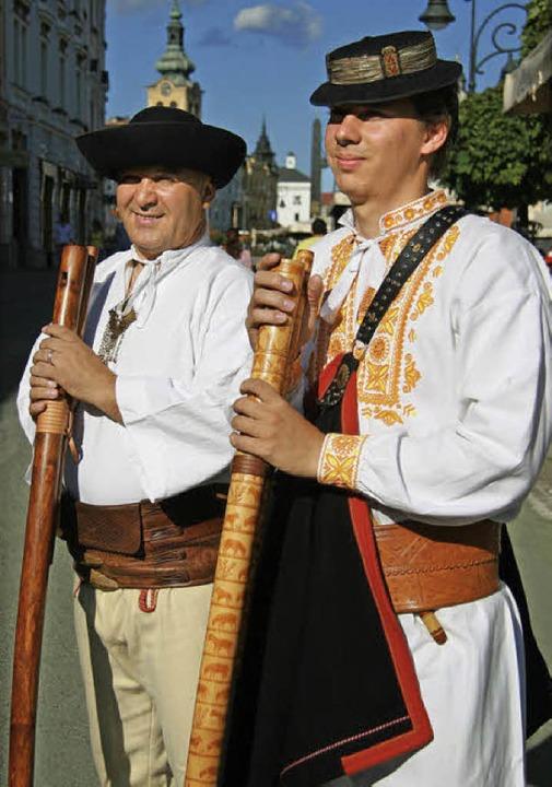 Bewahrer einer langen Tradition: Micha...und sein Sohn Matus mit  Fujara-Flöten  | Foto: Andreas Schreiber