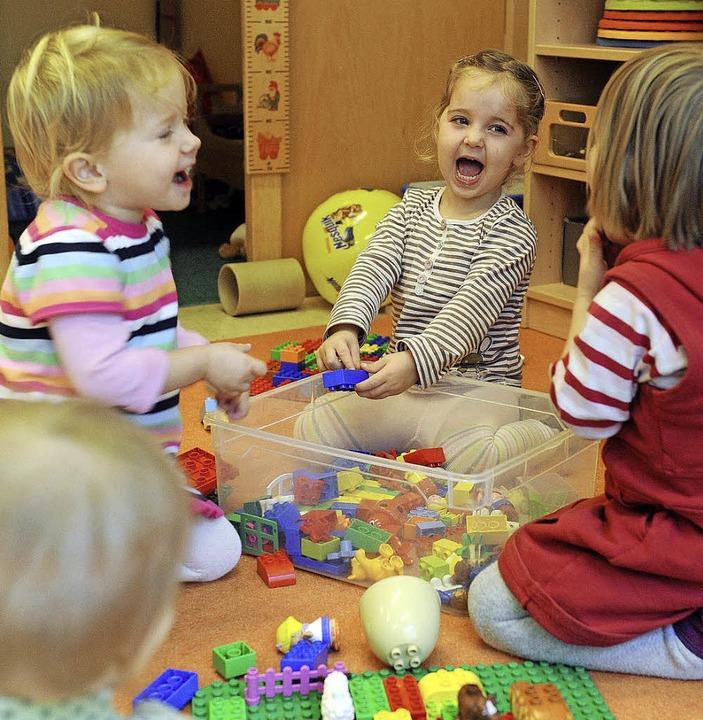 Spielen und lernen im Kindergarten: fü... immer jüngere Kinder der Normalfall.   | Foto: Uli Deck (dpa)