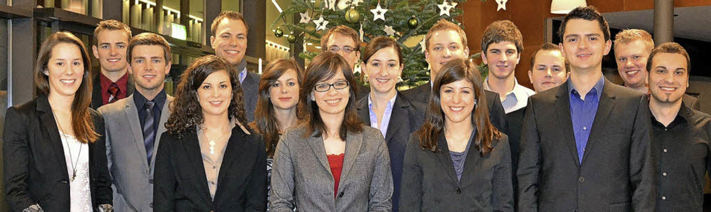20 junge Leute schlossen  ihre Berufsa...tudium bei der Sick AG erfolgreich ab.    Foto: zvg