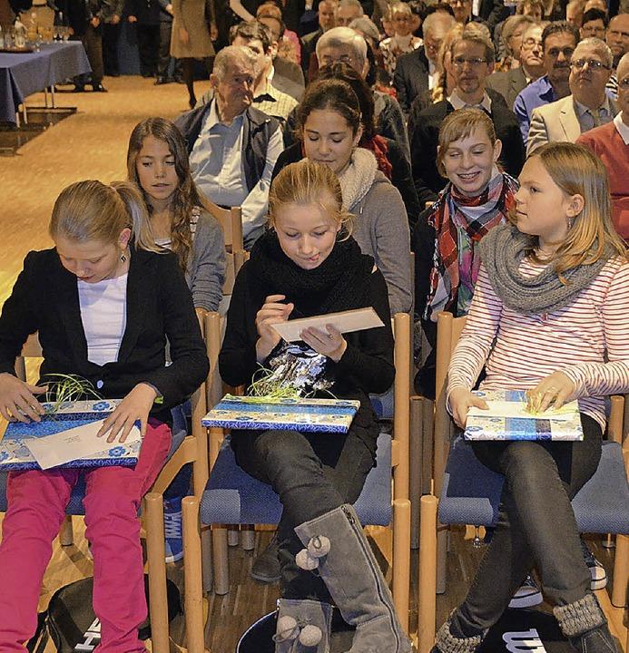 Die Mädchen des Tennisclubs freuten si...die Geschenke und Ehrung der Gemeinde.  | Foto: Manfred Frietsch
