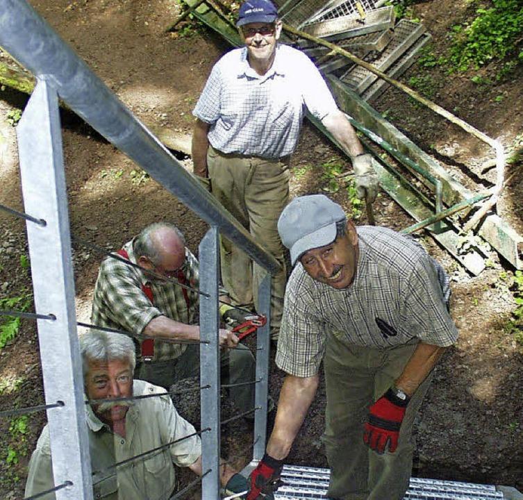 Die ehrenamtlichen Helfer des Schwarzw...er neuen Treppe in der Lotenbachklamm     Foto: Bruno Morath