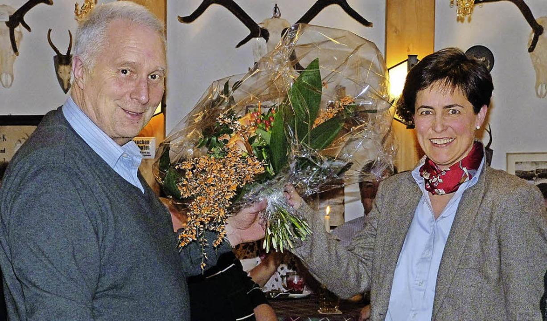 Auf gute Zusammenarbeit: Helmut Eckert...ührerin der Hotzenwald Tourismus GmbH.    Foto: Katja Mielcarek