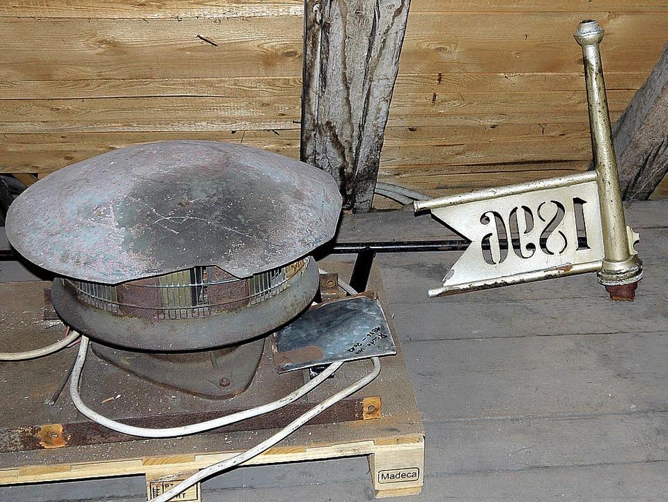 Die alte Luftschutzsirene aus dem Rath...sgedient wie die Wetterfahne von 1896.  | Foto: Winckelmann