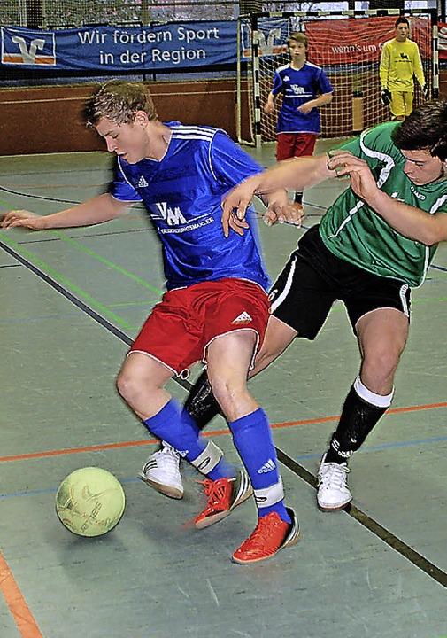 Alen Zukanovic vom FC Hausen (rechts) ...l  gegen Yannik Schlegel (SV Todtnau)   | Foto: Held