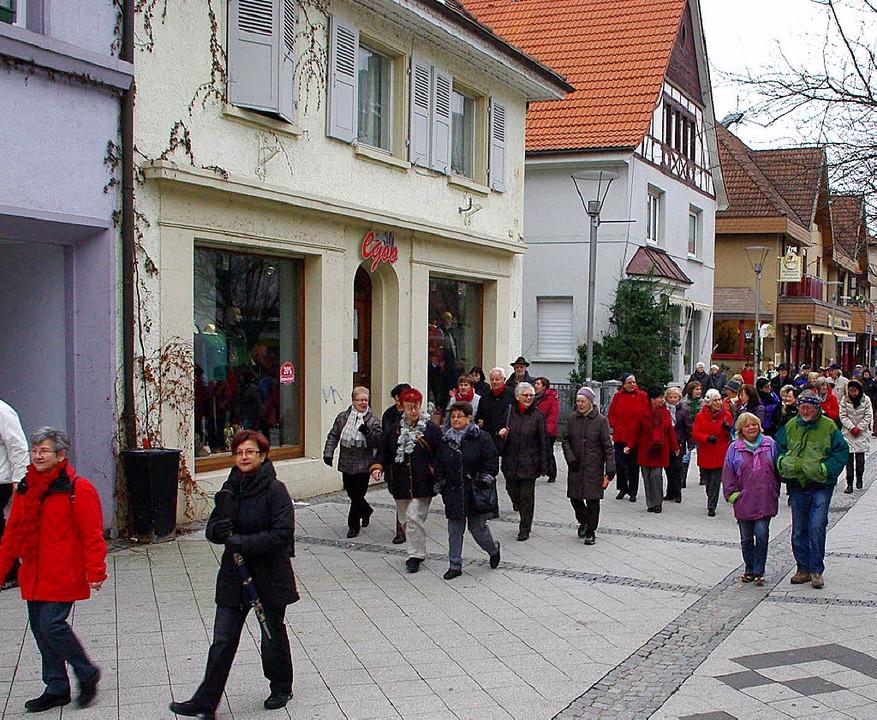 75 Teilnehmer waren bei der ersten 300...ten dabei Leben in die Fußgängerzone.   | Foto: Rolf Reißmann