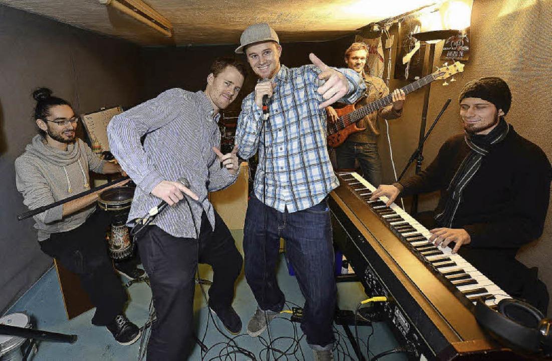 Die rappenden Zwillinge bei der  Bandp... (zweiter von links) und Till Neumann   | Foto: Ingo Schneider