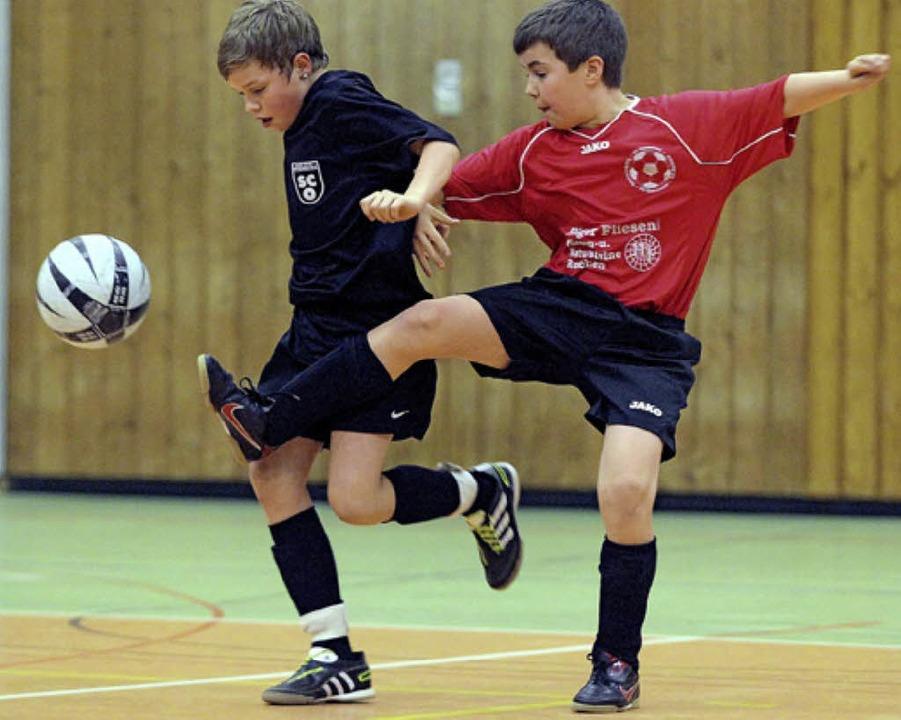 Auch packende Zweikämpfe gibt es bei den Stadtmeisterschaften im Hallenfußball.     Foto: Archivfoto: P. Heck