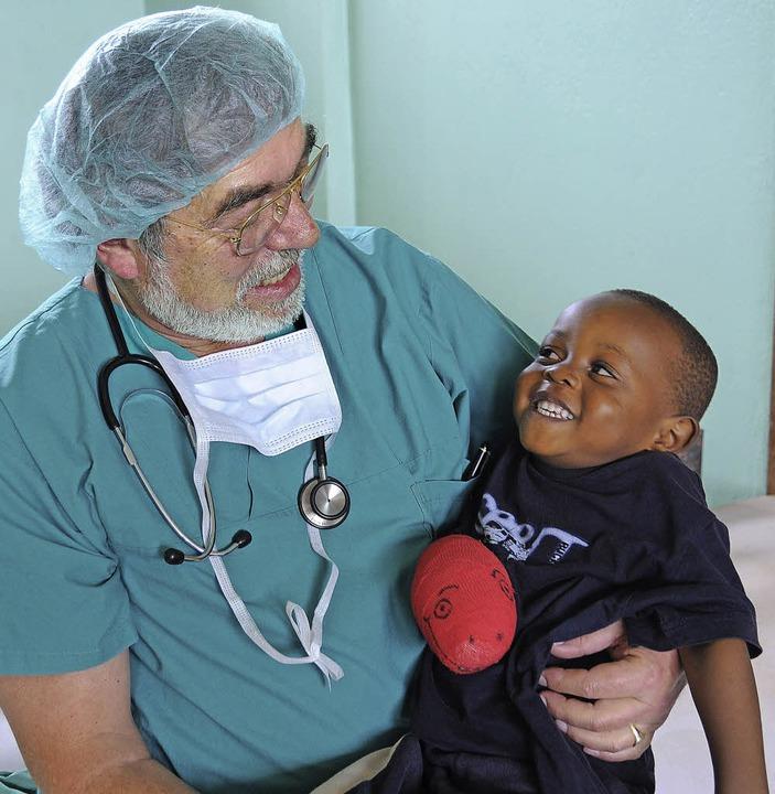 Christoph von Ascheraden, in St. Blasi... seiner kleinen Patienten in Kamerun.   | Foto: Privat