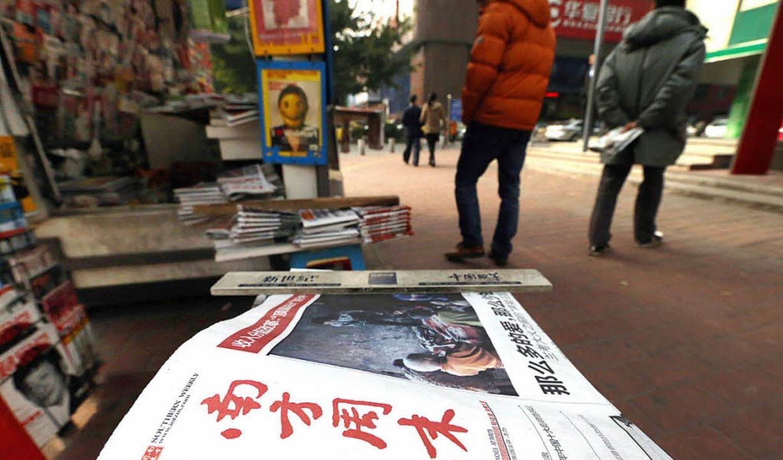 Kritisches Blatt: die Nanfang Zhoumo an einem Zeitungsstand    Foto: afp
