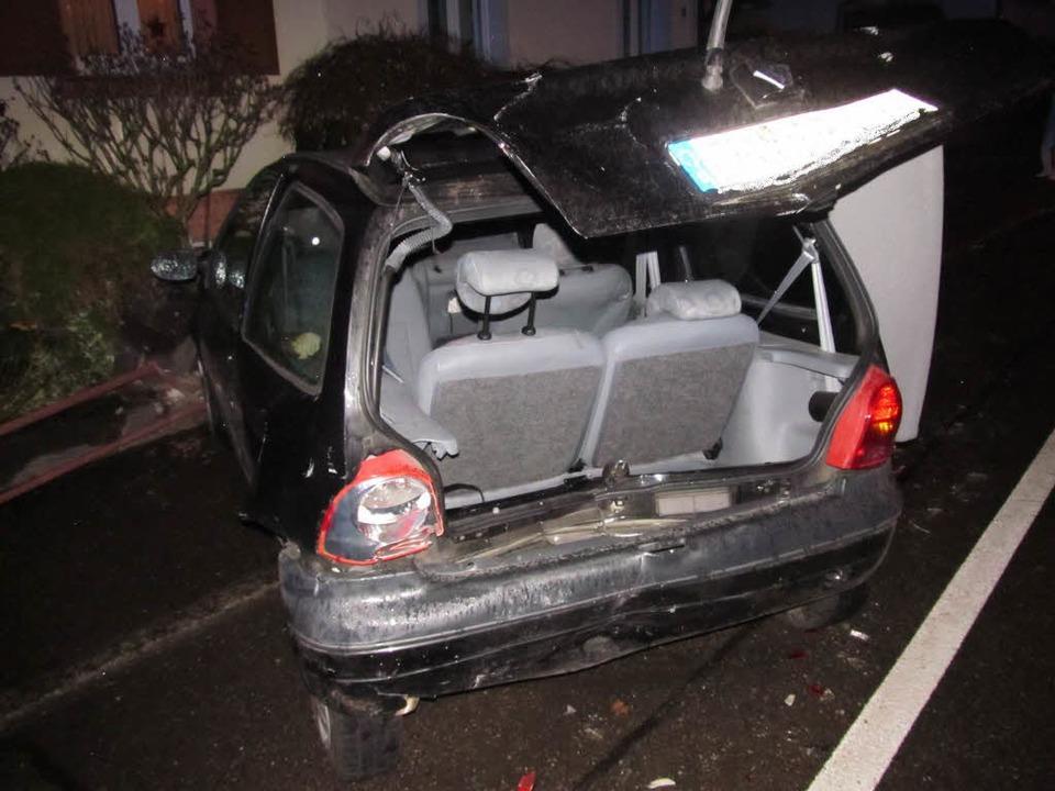 Stark demoliert wurde dieses geparkte ...rsehen und auf das er aufgefahren war.  | Foto: Polizei Emmendingen