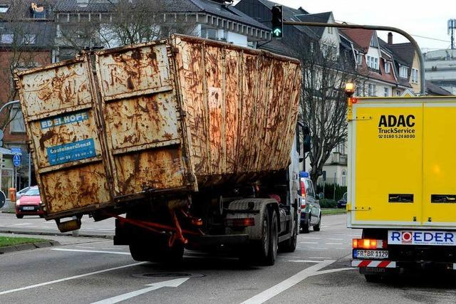 Laster donnert gegen Bahnbrücke – Zugausfall und Stau