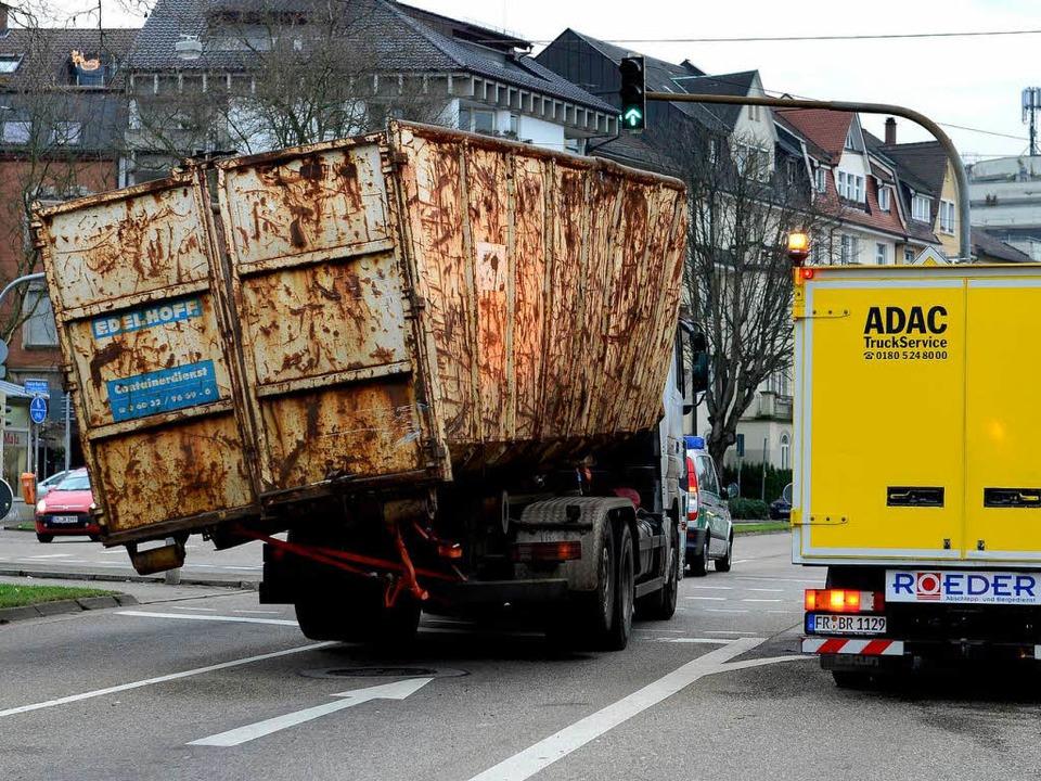 Schräge Angelegenheit: der Laster nach seiner Havarie  | Foto: ingo schneider