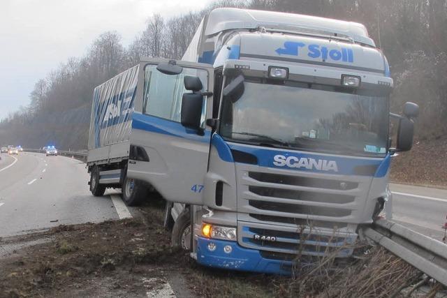 LKW donnert in die Mittelleitplanke der A98