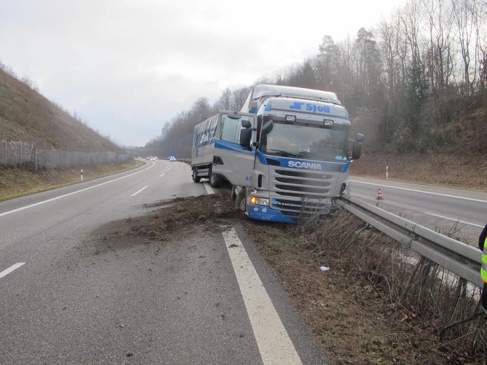 Ende einer Unfallfahrt: Auf der A98 donnert ein Laster in die Mittelleitplanke.  | Foto: Polizei