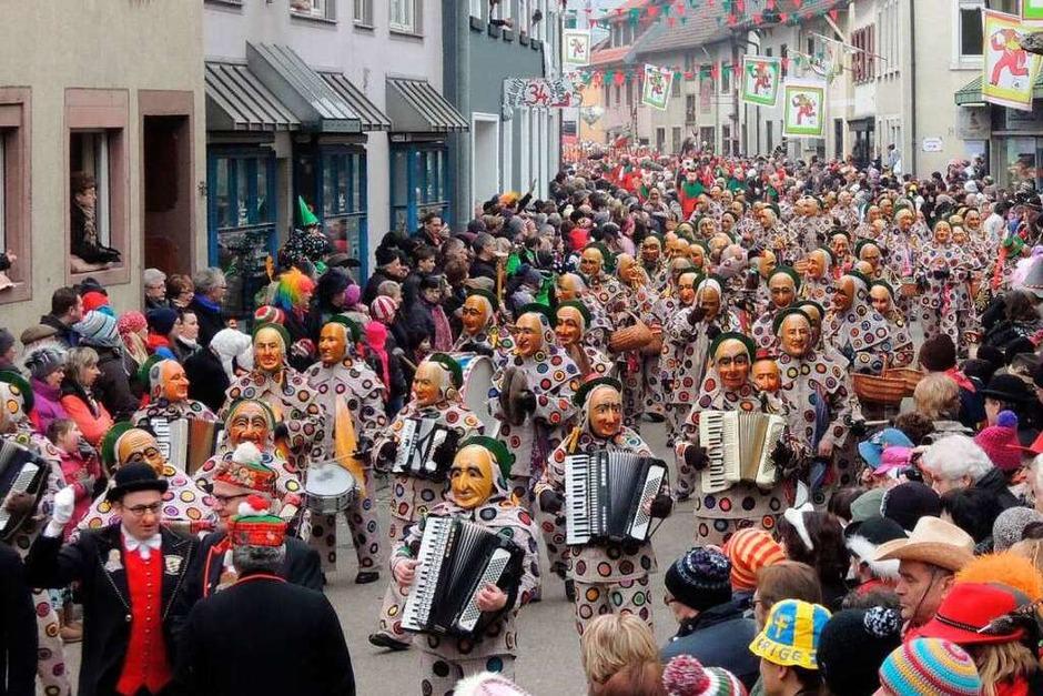 Die Schantlemusik aus Oberndorf zieht am Elzacher Rathaus vorbei (Foto: Kurt Meier)