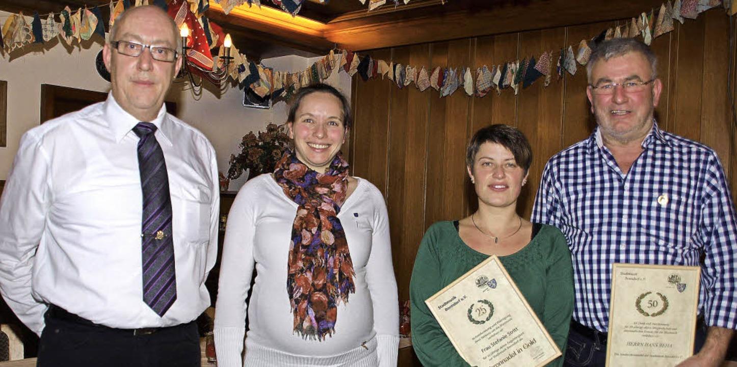 Vorsitzender Roland Krones ehrte für l...nie Stritt und Hans Beha (von links).   | Foto: Daniele Schüle
