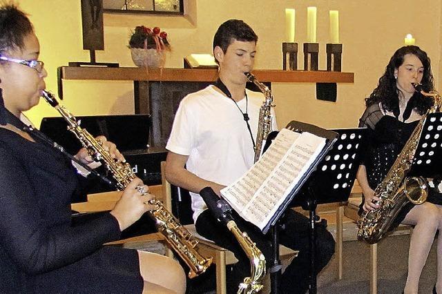 Junge Talente bereiten ein Geschenk nach Noten