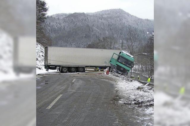 Lastzug rutscht in den Graben
