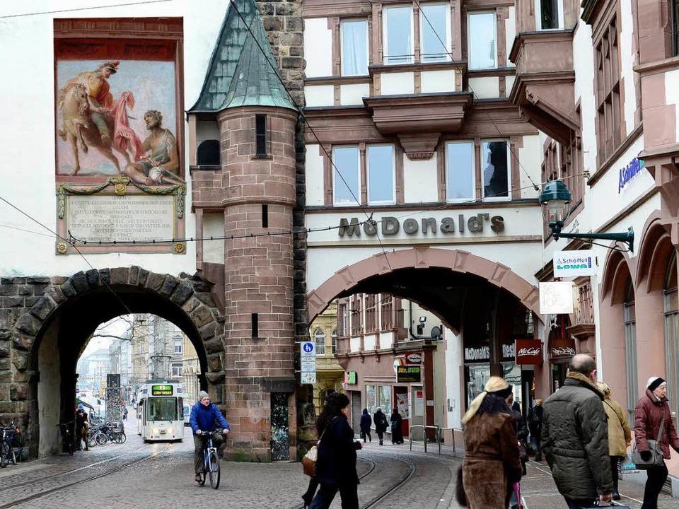 Der Vorschlag der Ratsmehrheit: So kön...on Göser auf dem Martinstor aussehen.   | Foto: Fotomontage: Buchheim/schneider/ Kalchthaler