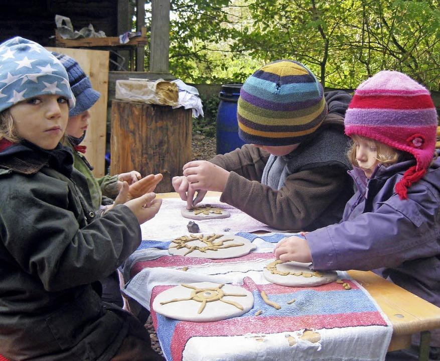 Unter Anleitung fertigten die Ranunkel-Kinder Keramikgeschirr.  | Foto: privat