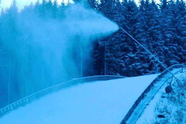In Neustadt wird Schnee für den nächsten Winter produziert