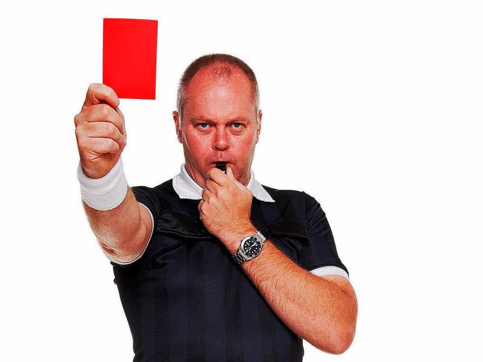 Schiedsrichter zeigen die rote Karte n...t sind häufig Ziel von Hohn und Spott.  | Foto: RTimages - Fotolia