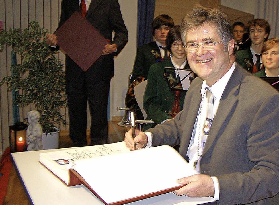 Nicht mehr Bürgermeister, dafür aber E...ldene Buch der Gemeinde Friedenweiler.    Foto: Liane Schilling