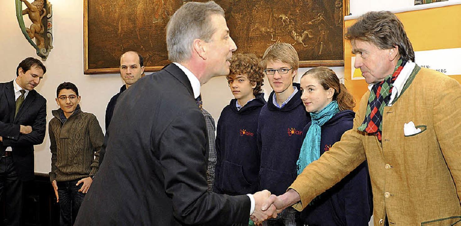 Klaus Schüle (vorne links) gratulierte...n Holzing). Ganz links: Andreas Jung.   | Foto: Rita Eggstein