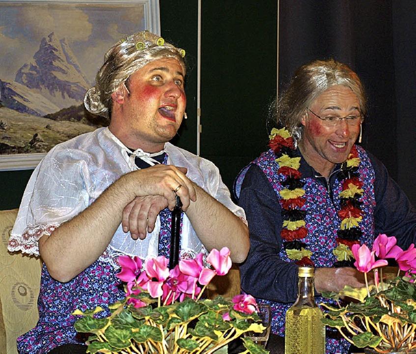 Die Määrtwiiber (von links) Gretli (Ul...mal im Wohnzimmer beim Streitgespräch.  | Foto: Paul Schleer