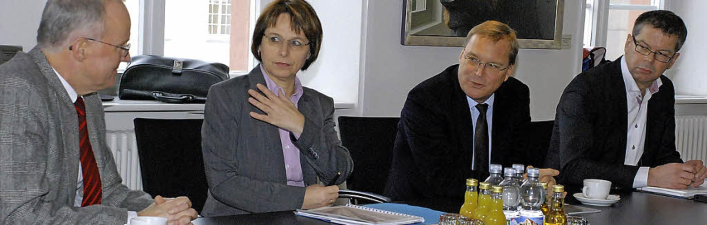 Gedankenaustausch (v. l.): Bürgermeist... Starke und Baudezernent Michael Ilk.   | Foto: Ges
