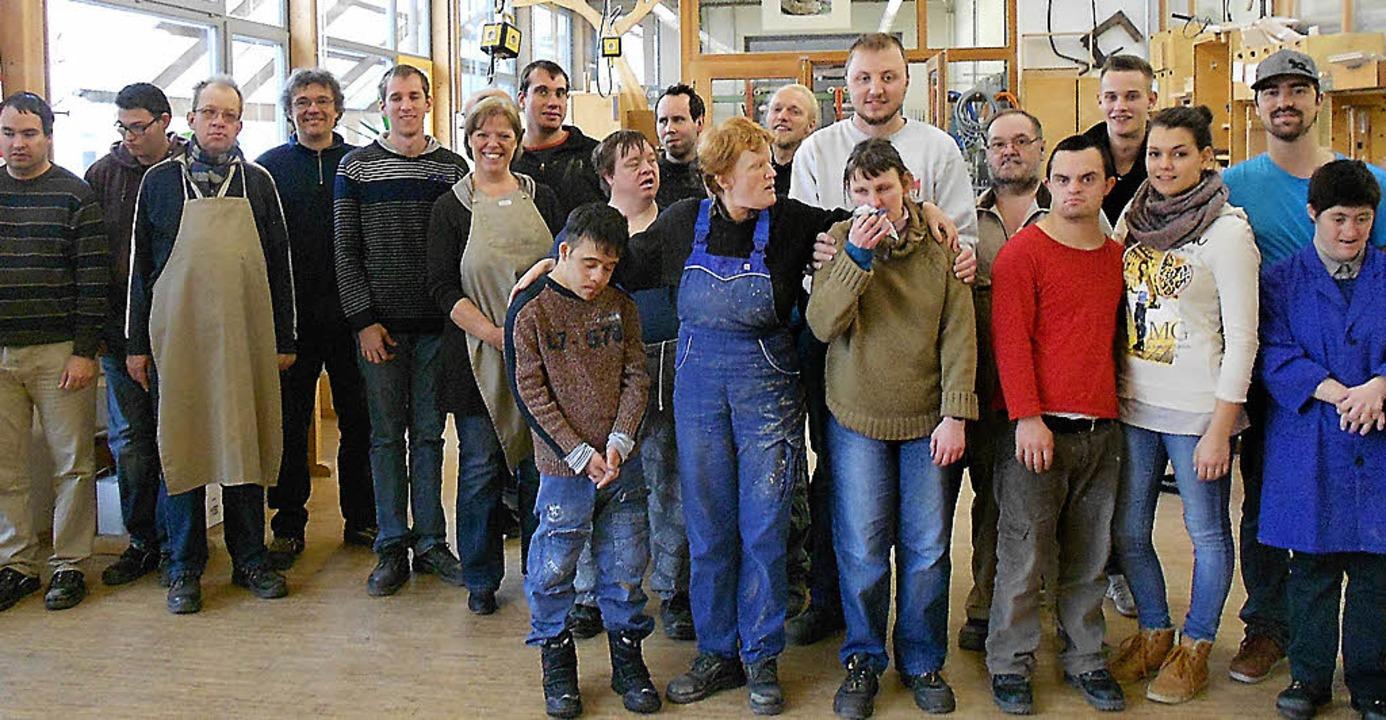 Sabine Wölfle (Sechste von links) in den Bruckwald-Werkstätten.   | Foto: ZVG