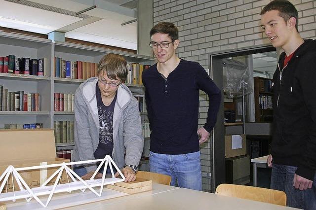 Fußgängerbrücke aus Papier gebaut