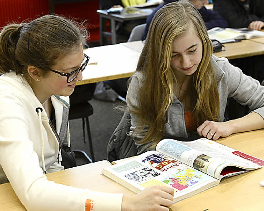 Schülerinnen lesen deutsch-französische Geschichte.  | Foto: schneider