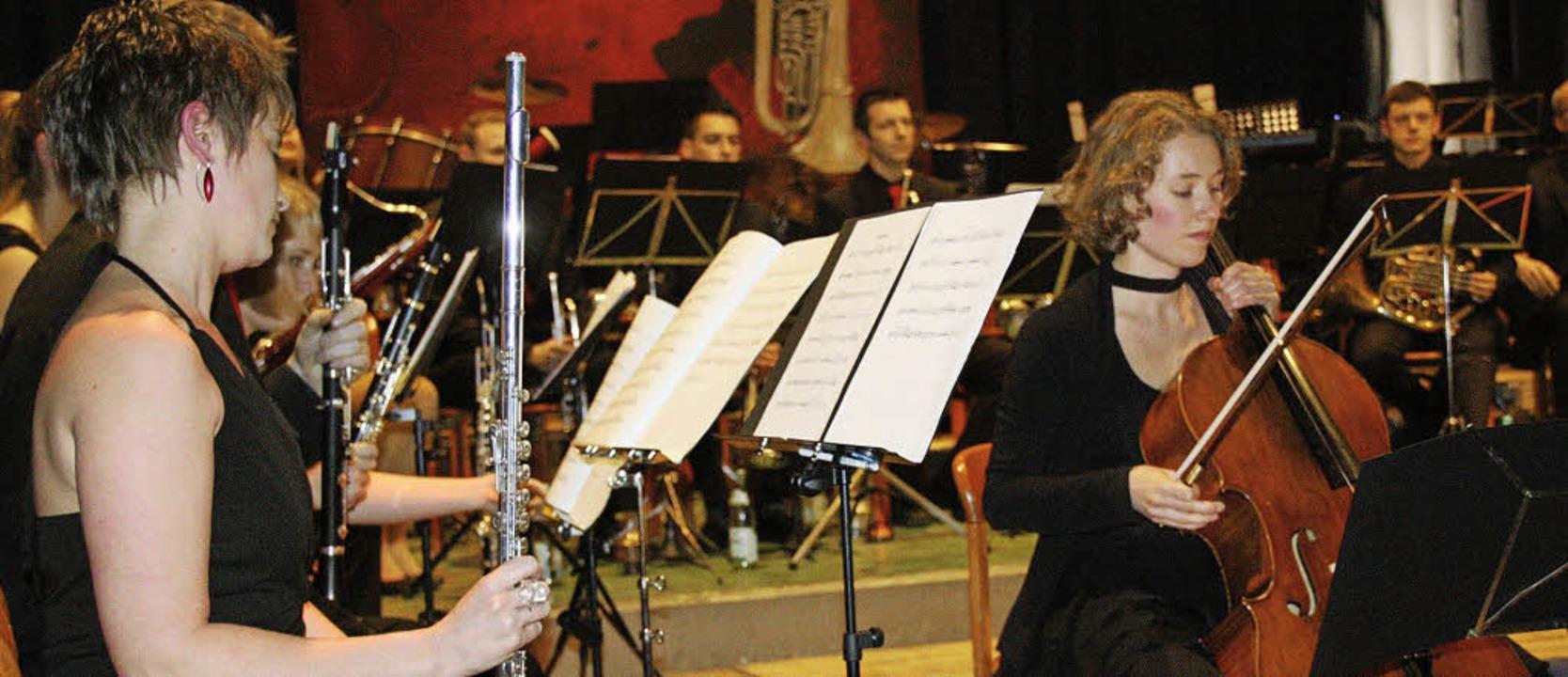 Mit virtuosem Cellospiel brillierte El...skonzert des Wollbacher Musikvereins.   | Foto: W. Bronner