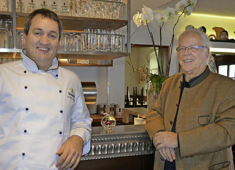 Gasthaus Bären: Inhaber Martin Egel (r...ich über die vollendete  Renovierung.   | Foto: Sigrid Umiger