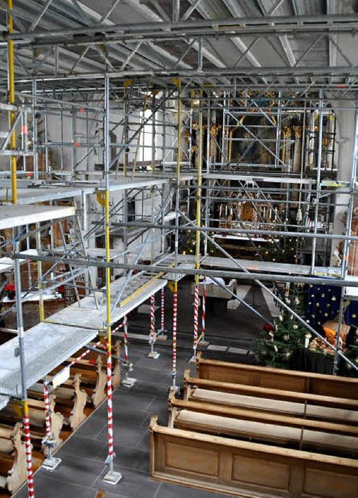 Großbaustelle: Das Neuershauser Kirche...ngerüstet, um die Decke abzustützen.    | Foto: julius steckmeister