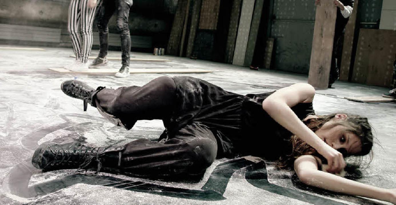 Am Boden: Tabea Buser als Stephanie     Foto: ZVG
