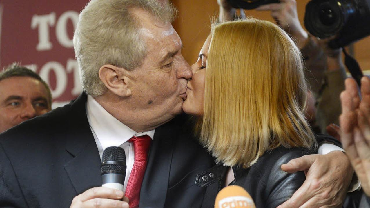 Milos  Zeman küsst nach seinem Sieg be...tschaftswahlen seine Tochter Katerina.    Foto: dpa