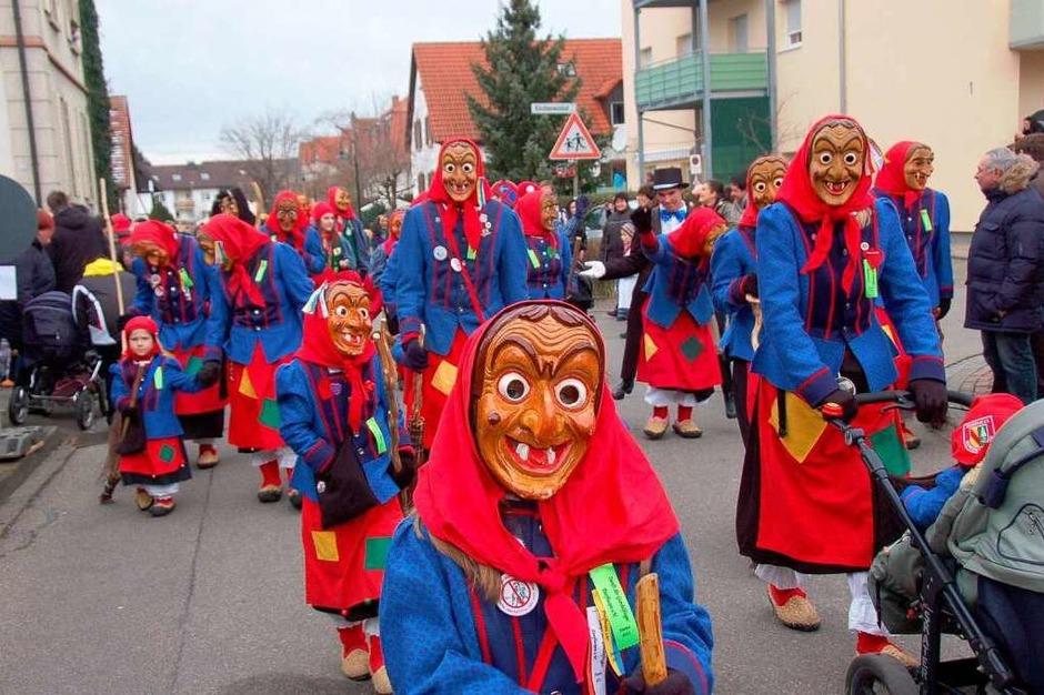 """Die Fässlistemmer und Dorfhexen schickten ihren """"Narresamen"""" voraus. (Foto: Andrea Steinhart)"""