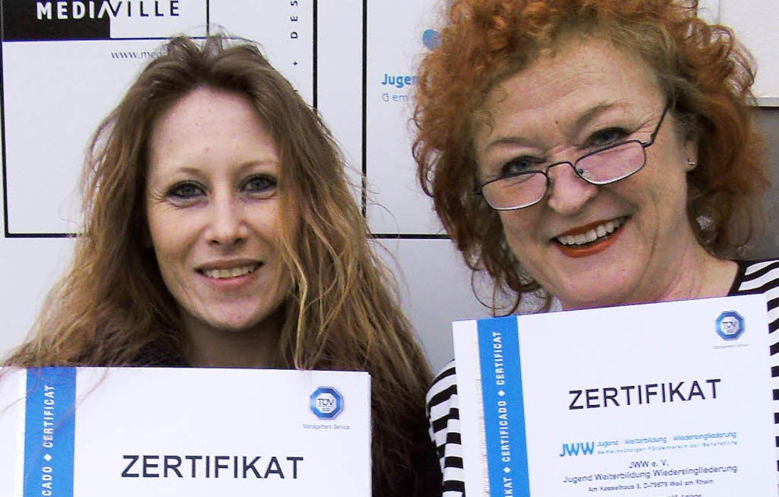 Freuen sich über die Zertifizierung fü...(links) und Vorsitzende Barbara Sauer   | Foto: JWW